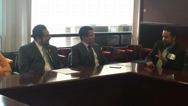 El Diputado Ernesto German Sánchez, el director general de Defensa Del Deudor, Angel González y el jefe de medios de Defensa Del Deudor, Daniel Badillo.